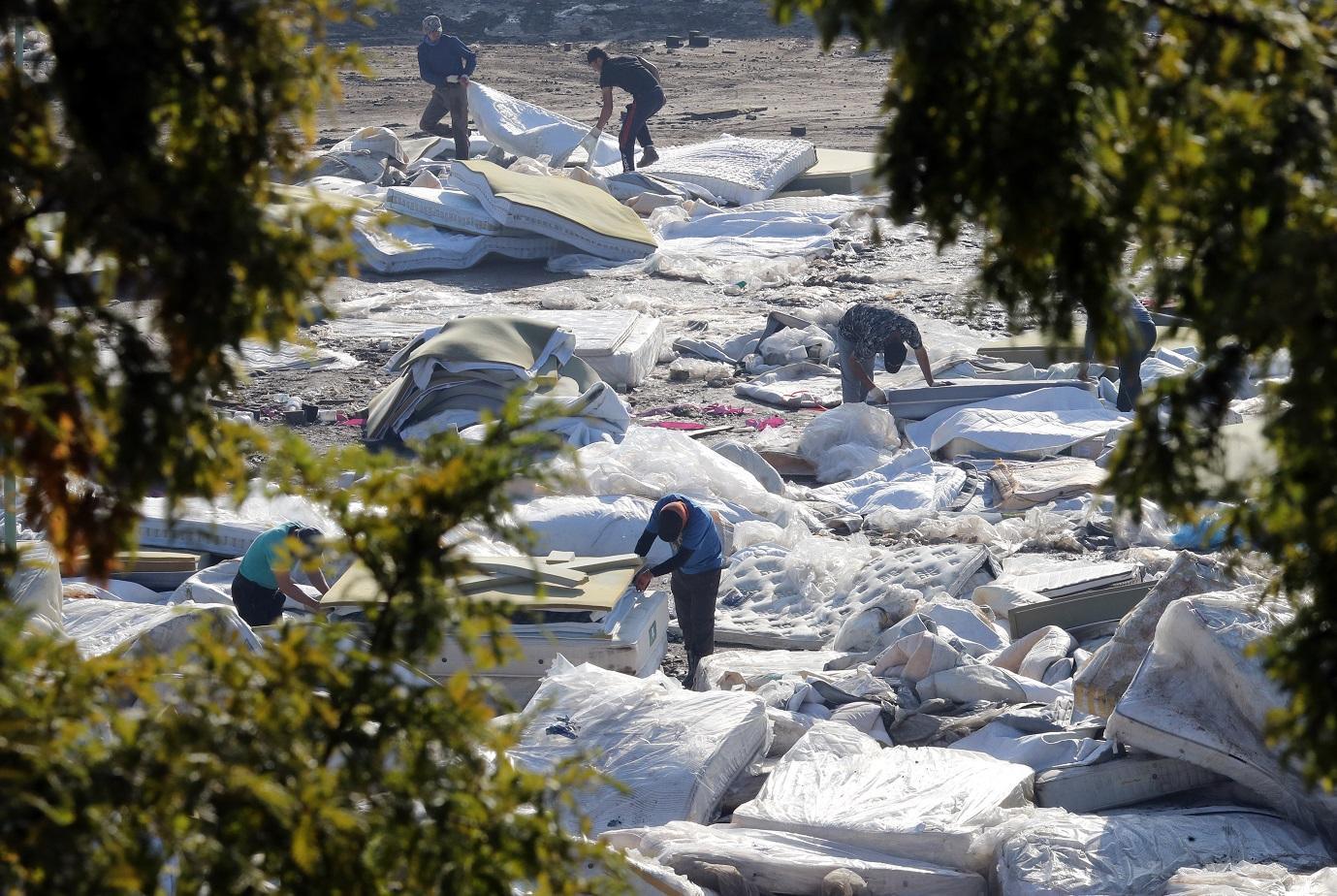 (사진=뉴시스, 지난 25일 충남 천안 대진침대 본사에서 이뤄진 라돈침대 해체 작업 중인 모습)